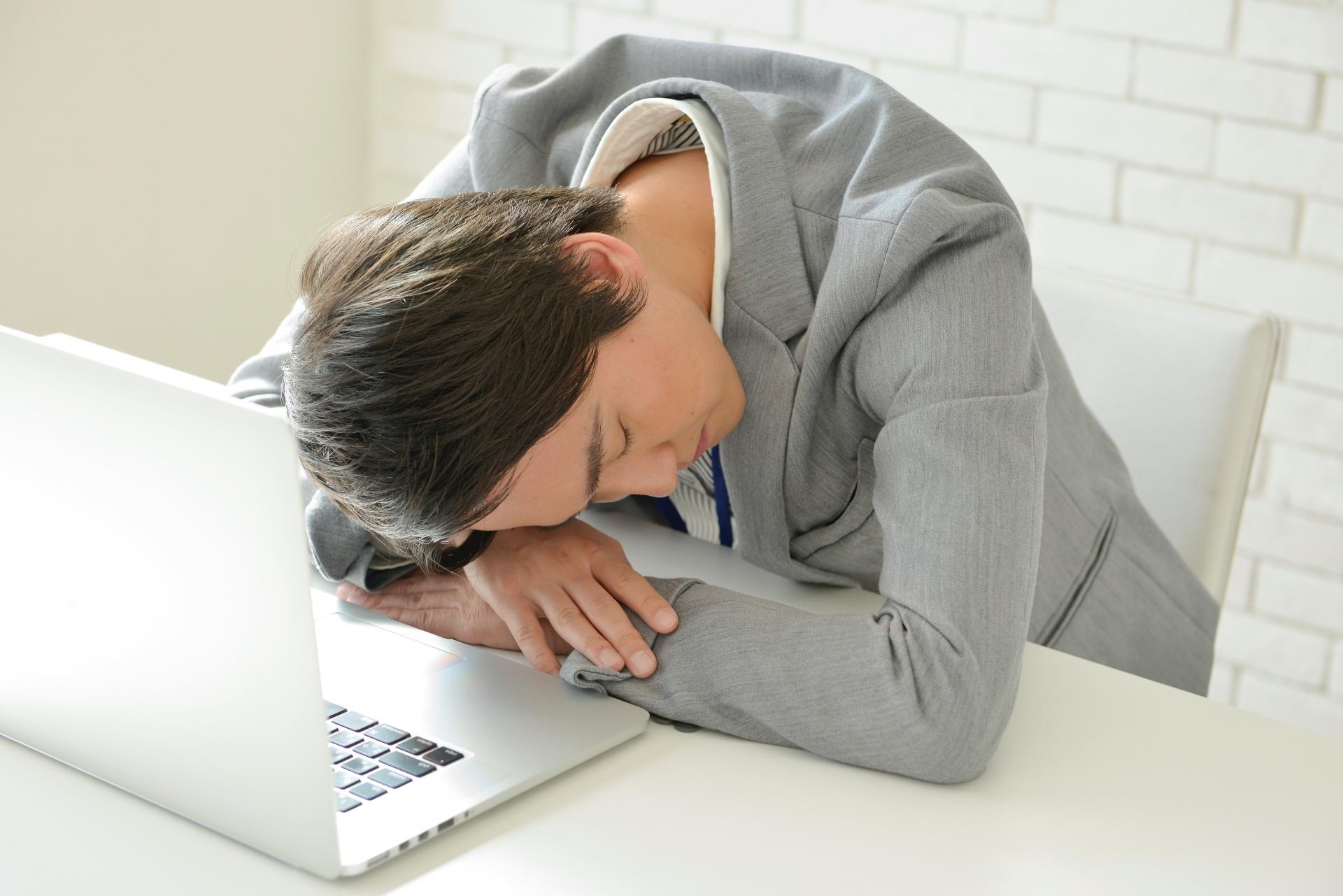睡眠不足は薄毛の原因に。薄毛対策の為の良質な睡眠方法と避けるべきNG行為