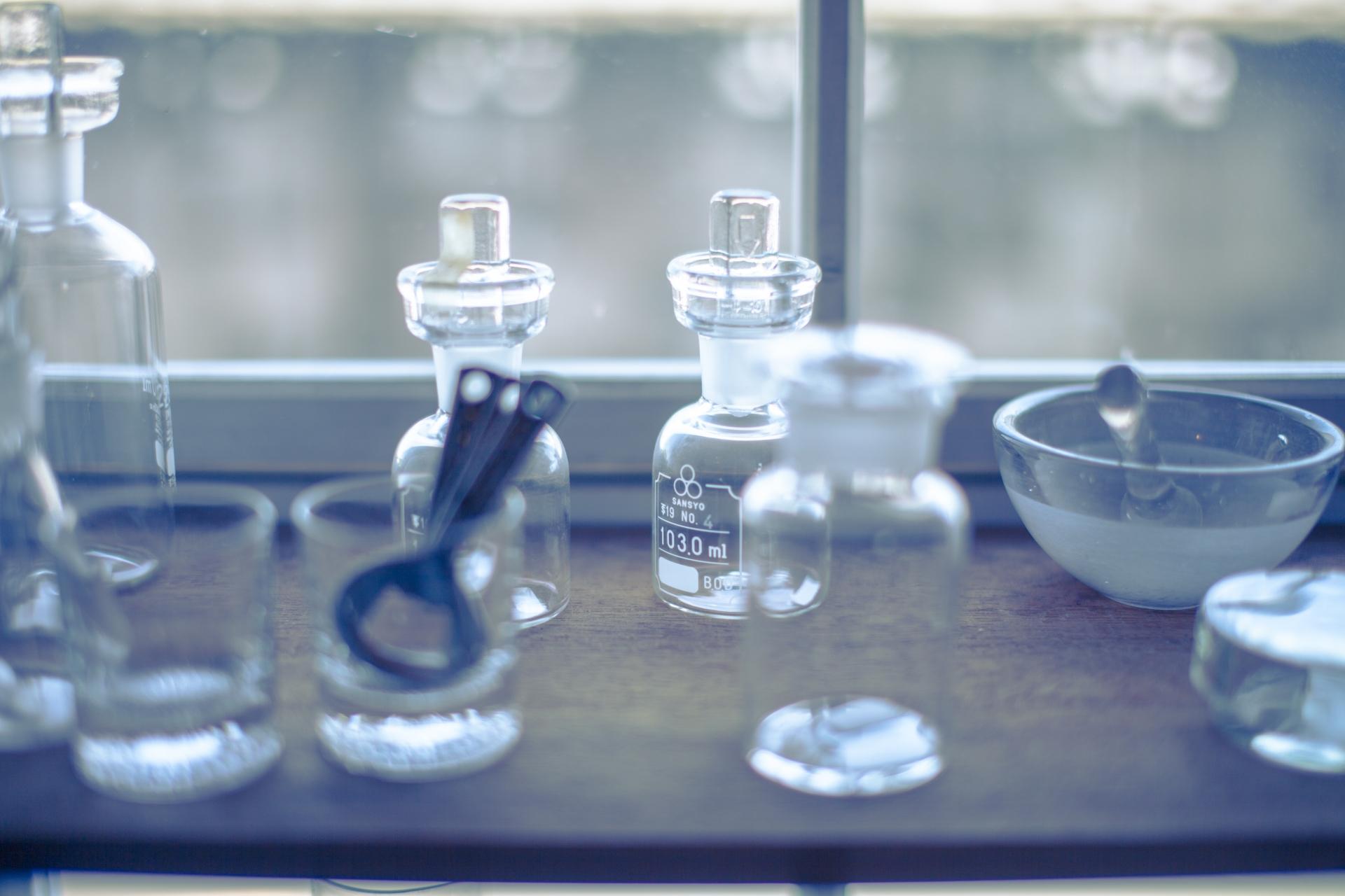 研究室にビーカーやシリンダーが置いてある画像