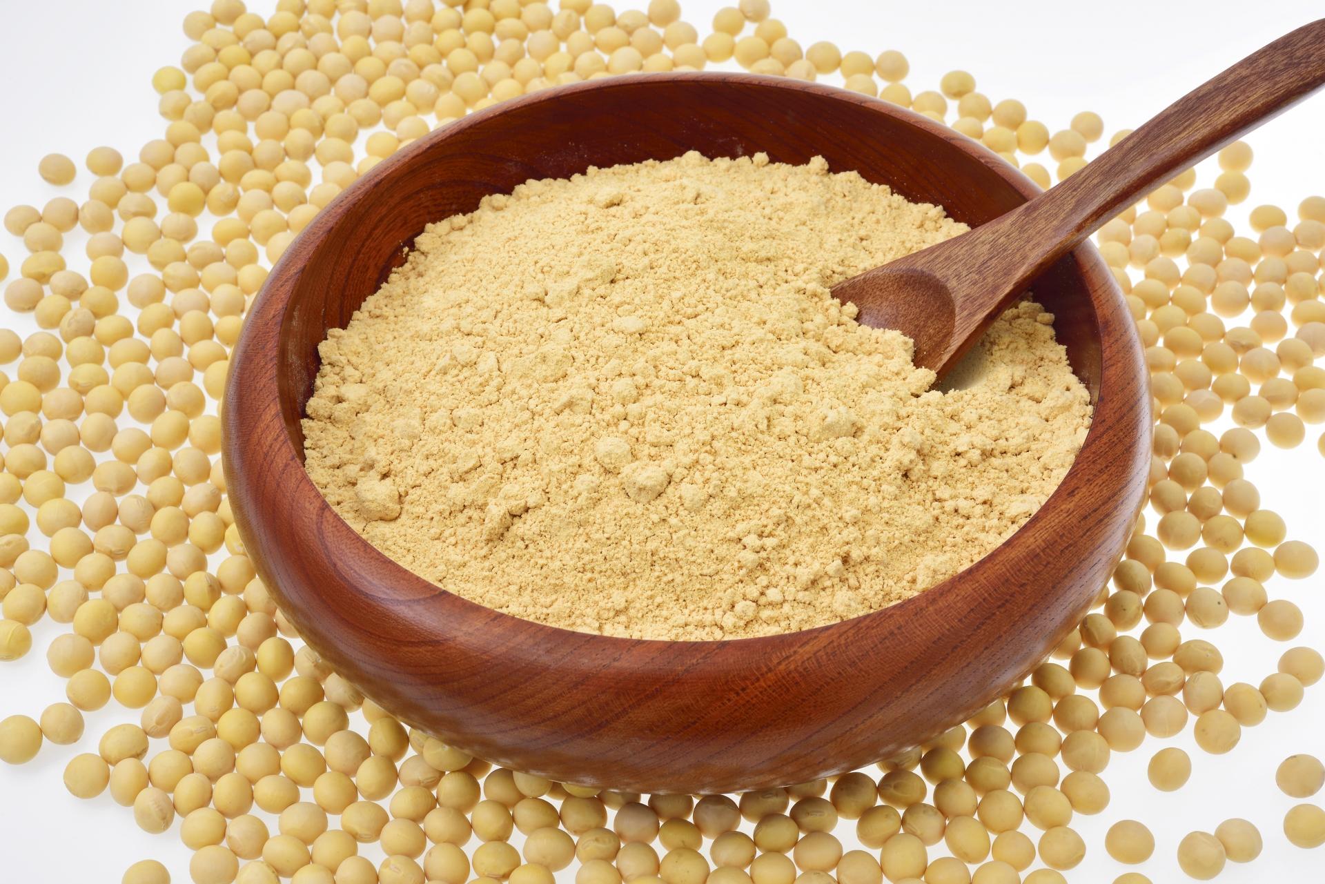 木のお椀に盛られたきな粉のアップ画像