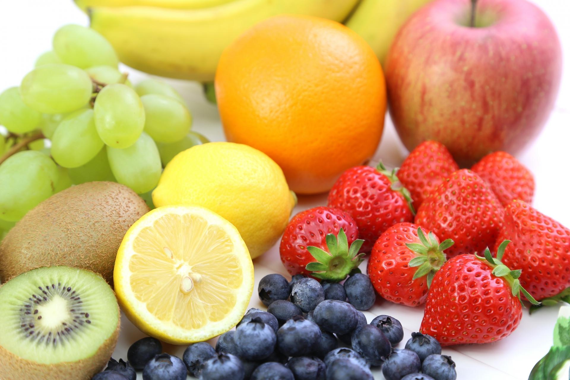 ビタミンCを多く含むレモン、キウイ、りんご