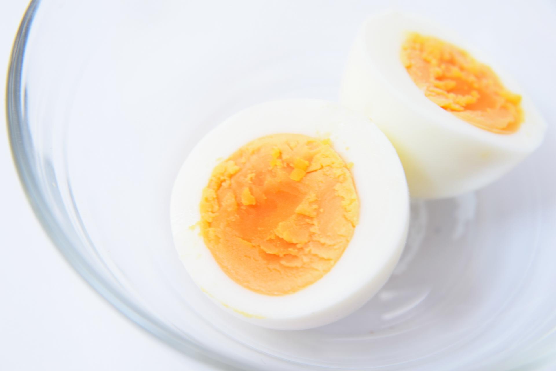 半分に割られたゆで卵のアップ画像