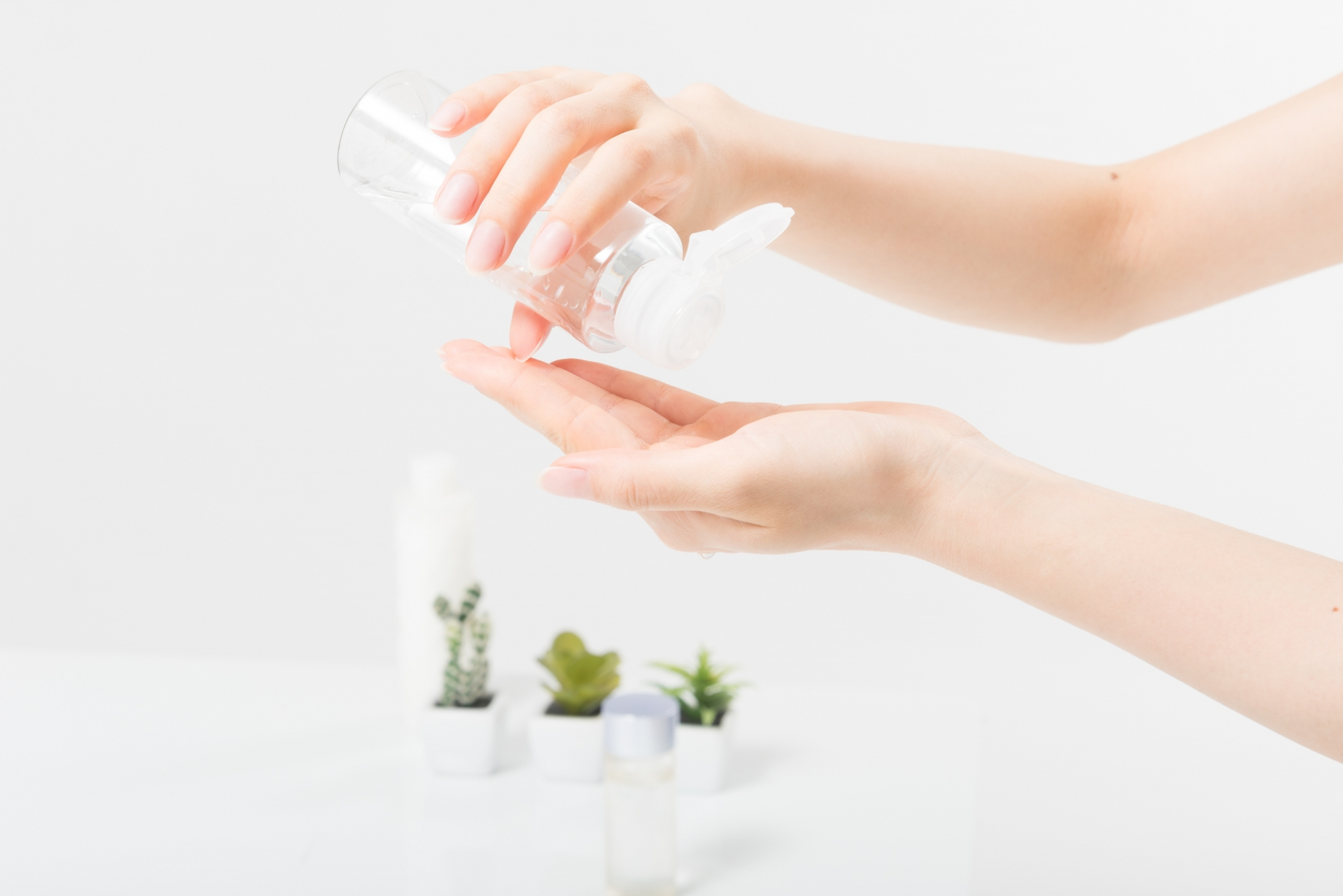 サンザシエキスが配合された化粧水を手に出そうとしている女性の手元